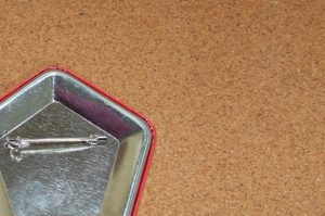 五角形の缶バッジのフチの写真
