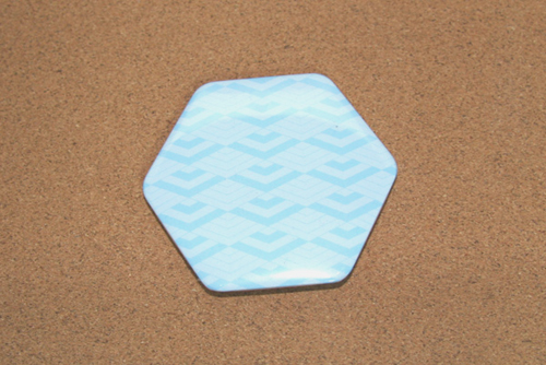 和柄の六角形缶バッジの写真