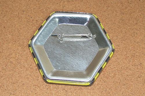 六角形缶バッジの裏は紙の破れもありません