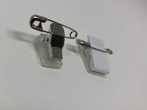 2種類の缶バッチ用クリップの写真