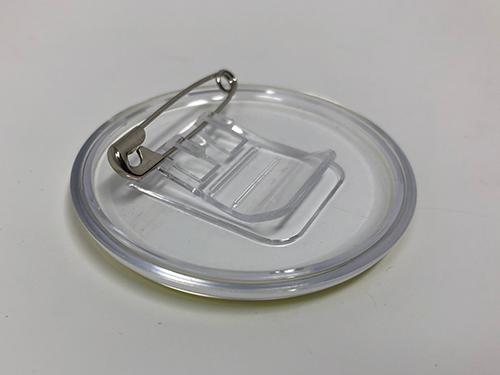透明なクリップバッジの写真