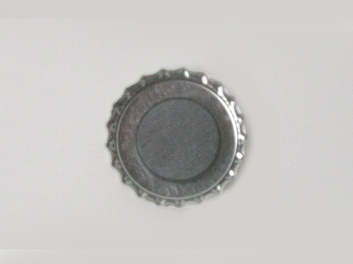 王冠缶バッジマグネットの裏の写真